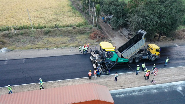 IJM India Infrastructure sets a record of laying 25.54 lane kilometres in 17:45 hours on the Solapur-Bijapur section